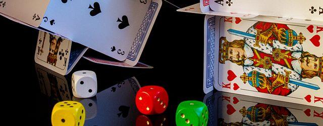 verschiedene Würfel und Kartenhaus